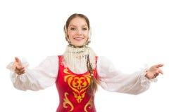 Schönes lächelndes russisches Mädchen im Volkskostüm Stockfotos