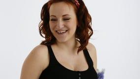 Schönes Lachen der schwangeren Frau Rothaarige junge Frau mit einem roten Verband auf seinem Kopf Langsame Bewegung stock video footage