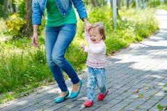 Schönes lachendes Baby, das draußen geht Lizenzfreie Stockfotos
