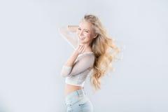 Schönes lachendes blondes Haar im Wind Lizenzfreie Stockfotografie