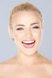 Schönes lachendes blondes Mädchen Stockbild
