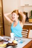 Schönes lachendes Mädchen in der Küche Stockfotografie