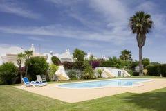 Schönes Landhaus mit einem gesunden Garten und einem Pool Lizenzfreie Stockfotografie