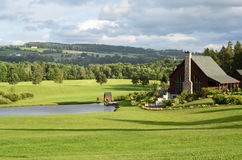 Schönes Landhaus mit Rasen Stockfoto