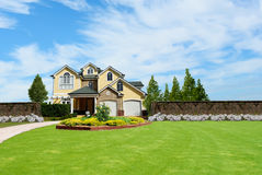 Schönes Landhaus mit zwei Geschichten Lizenzfreie Stockbilder