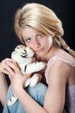Schönes Landmädchen, das ein Spielzeug anhält Lizenzfreies Stockbild
