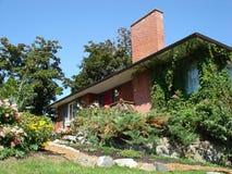 Schönes landschaftlich verschönertes Haus 2 Stockbilder
