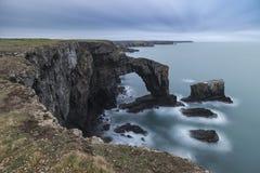 Schönes Landschaftsbild der grünen Brücke von Wales auf Pembrokesh Stockfotos