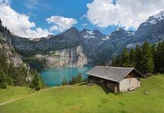 Schönes Landschaftsbild mit dem Oeschinensee in der Schweizer Alpe Stockfotos