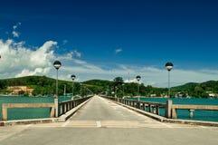 Schönes lanscape mit Pier auf dem Meer Lizenzfreies Stockfoto