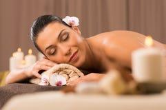 Schönes lateinisches Mädchen, das am Schönheits-Badekurort sich entspannt Lizenzfreie Stockfotos