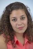 Schönes lateinisches Mädchen mit dem gelockten Haar lizenzfreie stockfotografie