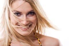 Schönes lebhaftes blondes mit dem Schlaghaar Stockfotografie