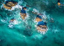 Schönes Licht in Ozeanumgebenden Küstenfelsen in der Flut stockfotografie