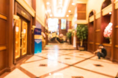 Schönes Luxuseinkaufszentrum der abstrakten Unschärfe und Einzelhandelsgeschäft Stockfotos