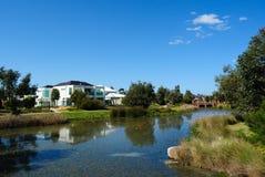 Schönes Luxuxhaus durch den Teich Stockfotos