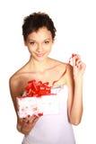 Schönes Mädchen öffnet ein Geschenk Stockfotos