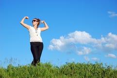 Schönes Mädchen über einem blauen Himmel Lizenzfreies Stockfoto