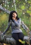 Schönes Mädchen über Herbsthintergrund. Lizenzfreie Stockfotos