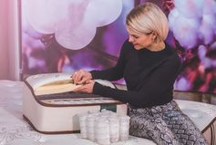Schönes Mädchen überprüft den Füller für die Matratze Kokosnusscoir, Naturpara-Latex, unabhängiger Frühling des Gedächtnisschaums lizenzfreie stockfotografie