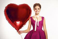Schönes Mädchen in Abendkleid-baloon rotem Herz Valentinstag Lizenzfreie Stockbilder