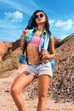 Schönes Mädchen als Tourist in den Bergen Stockfotografie