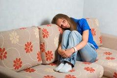 Schönes Mädchen auf Couch Lizenzfreies Stockbild