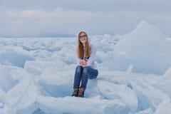 Schönes Mädchen auf dem Baikalsee im Winter Lizenzfreie Stockbilder