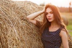 Schönes Mädchen auf dem Feld Stockfoto