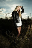 Schönes Mädchen auf dem Gebiet Stockfoto