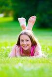 Schönes Mädchen auf dem Gras Stockfotografie