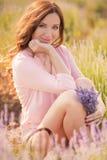 Schönes Mädchen auf dem Lavendelfeld stockfotos