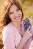 Schönes Mädchen auf dem Lavendelfeld stockbild