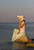 Schönes Mädchen auf dem Meer Stockbilder