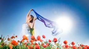 Schönes Mädchen auf dem Mohnblumegebiet Lizenzfreie Stockfotografie