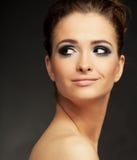 Schönes Mädchen auf dem schwarzen Hintergrund lizenzfreie stockfotografie
