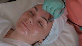 Schönes Mädchen auf dem Verfahren von Cosmetology im Schönheitssalon E stock video