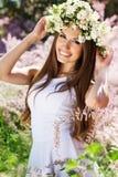 Schönes Mädchen auf der Natur im Kranz von Blumen Lizenzfreie Stockbilder