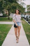Schönes Mädchen auf der Straße Lizenzfreie Stockfotografie