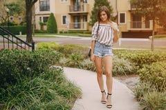 Schönes Mädchen auf der Straße Lizenzfreies Stockbild