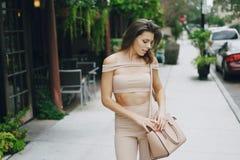 Schönes Mädchen auf der Straße Stockfotos