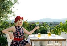 Schönes Mädchen auf der Terrasse Lizenzfreies Stockbild
