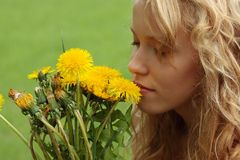Schönes Mädchen auf einem Gebiet die Sonne genießend Lizenzfreies Stockbild