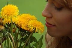 Schönes Mädchen auf einem Gebiet die Sonne genießend Lizenzfreies Stockfoto