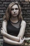 Schönes Mädchen auf einem Hintergrund Stockbilder