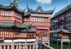 Schönes Mädchen auf einem Hintergrund der chinesischen Architektur Stockbilder
