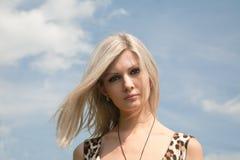 Schönes Mädchen auf einem Hintergrund des Himmels Lizenzfreies Stockfoto