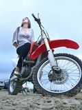 Schönes Mädchen auf einem Motorrad. Lizenzfreie Stockfotos