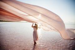 Schönes Mädchen auf einem rosa See lizenzfreie stockfotografie