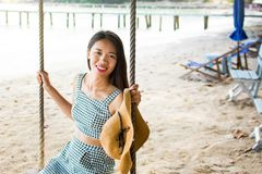 Schönes Mädchen auf einem Strandschwingen in Thailand stockfoto